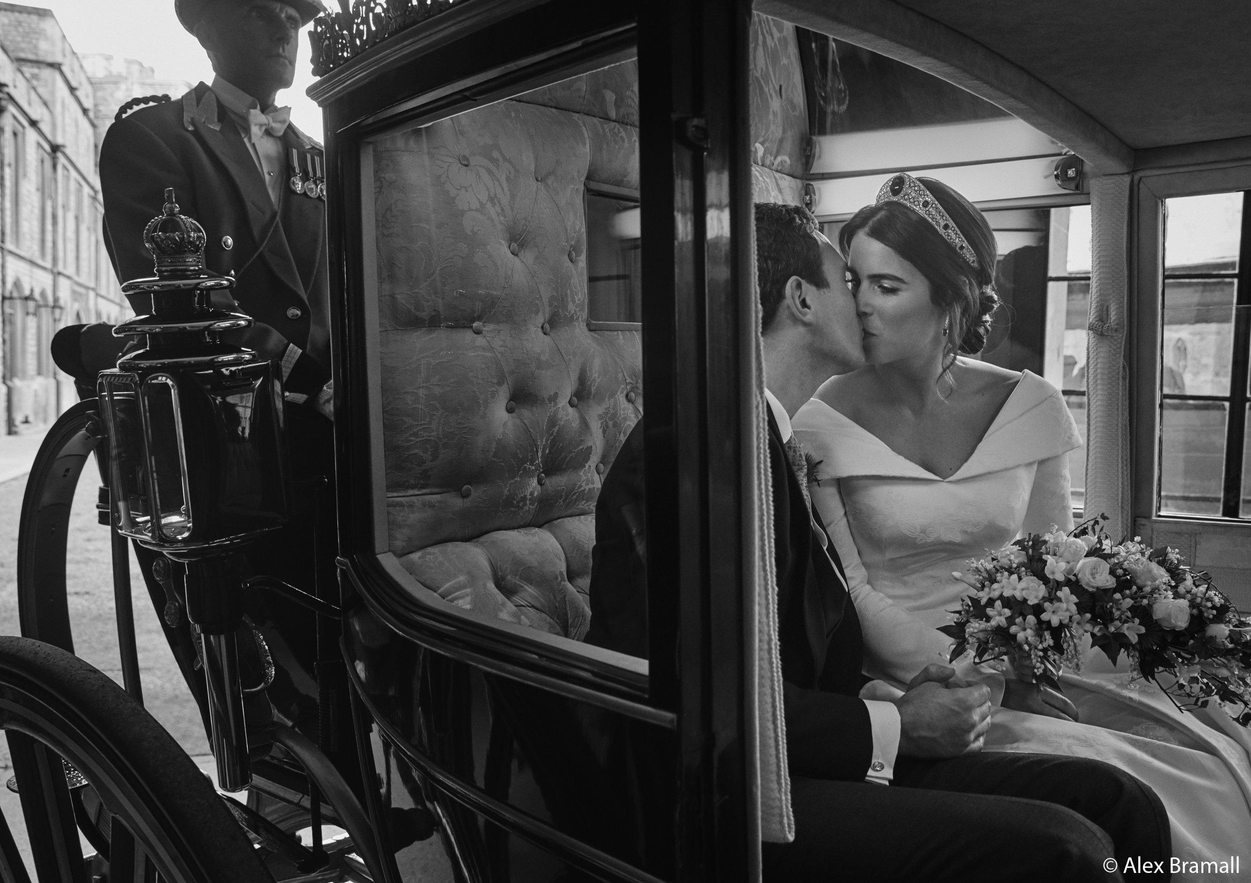 Eugenie und Jack küssen sich in der Scottish State Coach.  ©Royal Family / Alex Bramall
