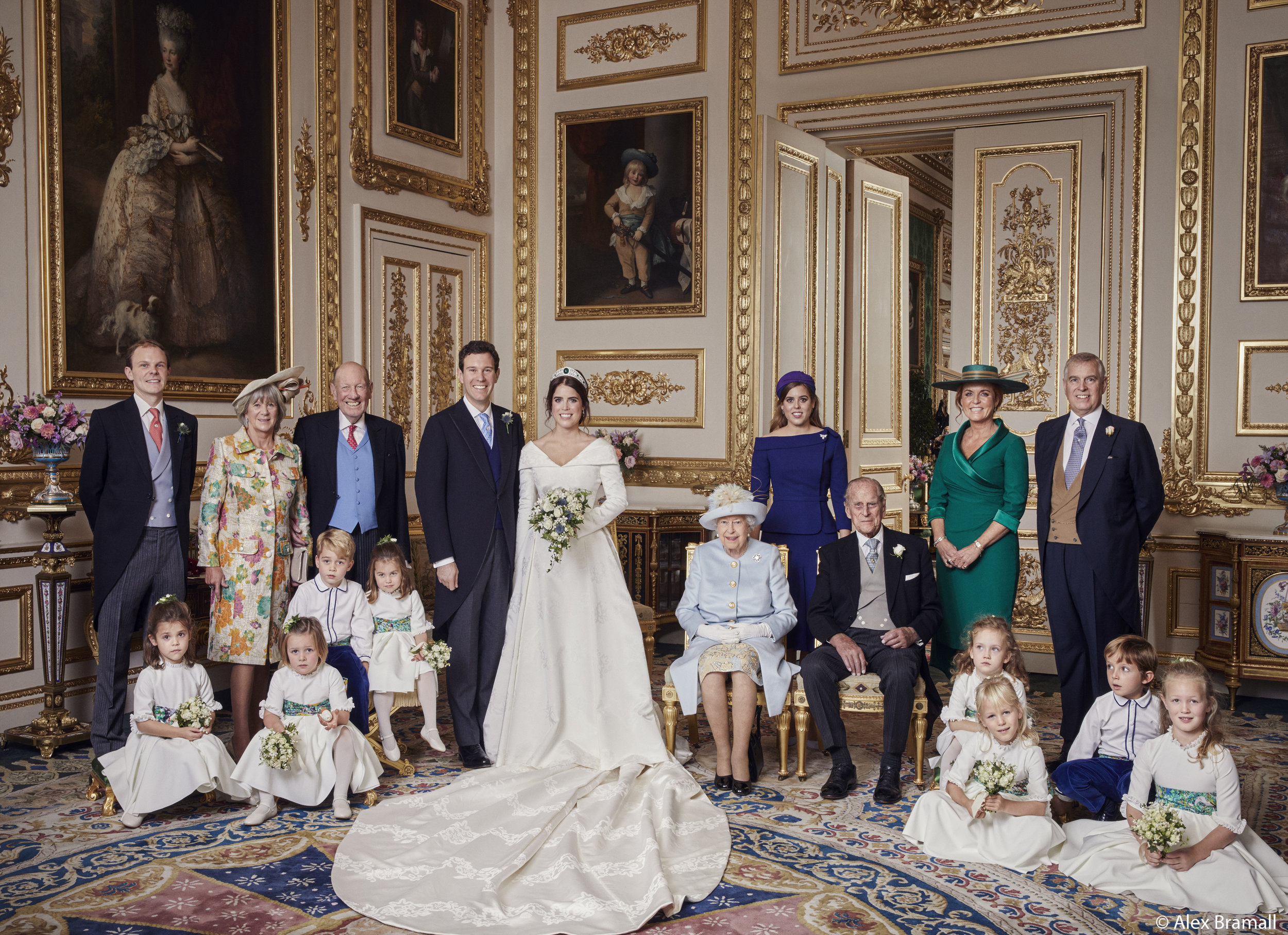 Hintere Reihe: Thomas Brooksbank; Nicola Brooksbank; George Brooksbank; Prinzessin Beatrice, Herzogin Sarah Ferguson und Prinz Andrew   Mittlere Reihe: Prinz George, Prinzessin Charlotte; Queen Elizabeth; Prinz Philip; Maud Windsor; Louis De Givenchy   Hintere Reihe: Theodora Williams; Mia Tindall; Isla Phillips; Savannah Phillips  ©Royal Family / Alex Bramall