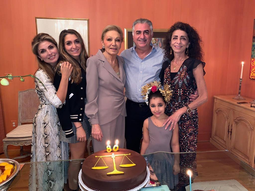 Die Pahlavi-Familie feiert den Geburtstag der ehemaligen Kaiserin. Kronprinzessin Yasmine, Prinzessin Iman, Farah Diba, Kronprinz Reza, Prinzessin Farahnaz und Prinzessin Iryana Leila (v.l.n.r.).  ©The Official Site of Yasmine Pahlavi
