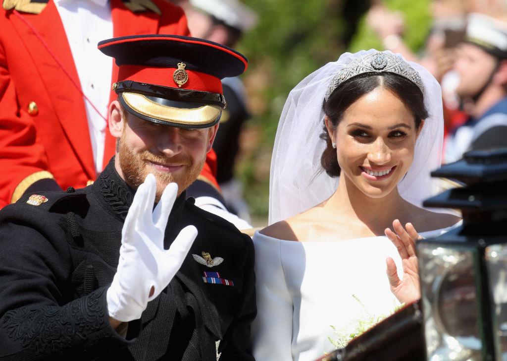 """Nicht nur die Braut strahlt. Auch die """"Queen Mary's Diamond Bandeau Tiara"""" funkelt im Sonnenschein.  ©Getty Images"""
