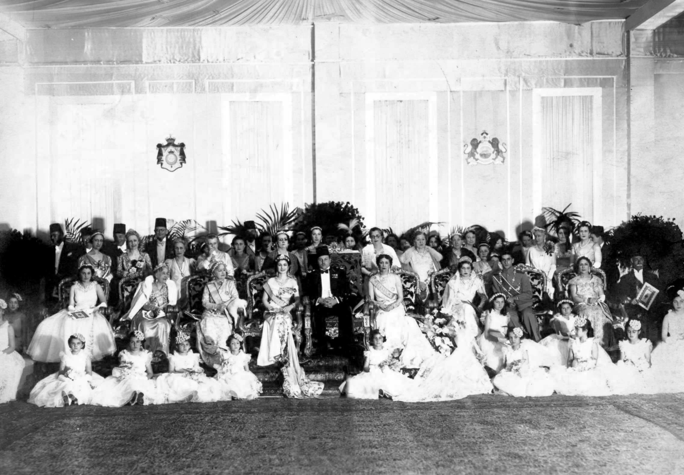 Die feine Hochzeitsgesellschaft: Fausia (Zweite Reihe, vierte von links) an der Seite von Kronprinz Mohammad.  ©Public Domain