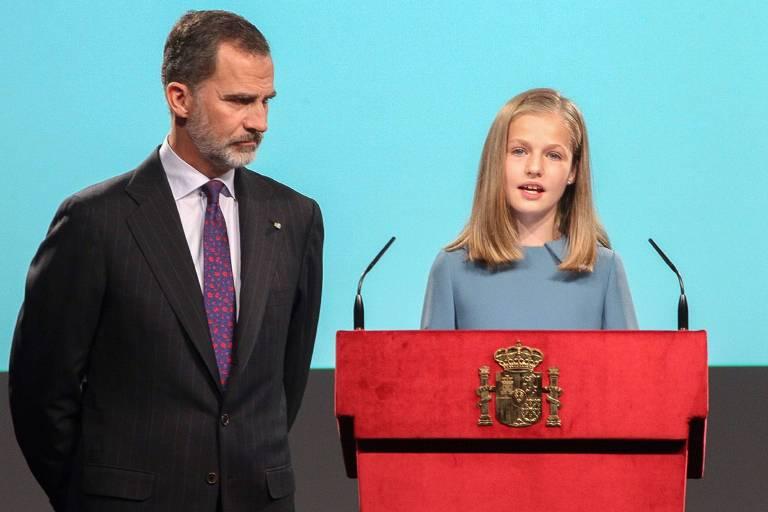 Im Madrider Cervantes-Institut las Prinzessin Leonor an der Seite von König Felipe aus der Verfassung vor.  ©imago/APress