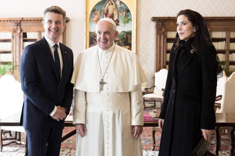 Kronprinzessin Mary trug beim Treffen mit dem Papst eine dunkle Farbe – so verlangt es das Protokoll.  ©imago stock & people