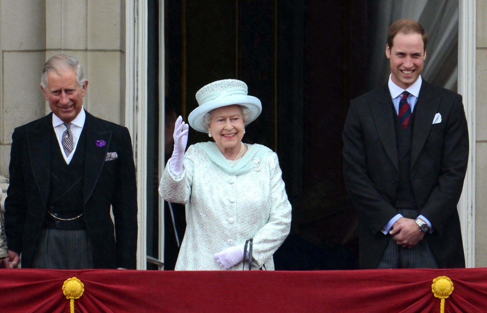 """Prinz Charles gilt schon jetzt als """"Schattenkönig"""": Er vertritt Queen Elizabeth II. immer häufiger. In der Gunst der Briten liegt aber sein Sohn William vorne. Wer wäre der bessere König?  ©ZDF/dpa/Tobias Hase"""