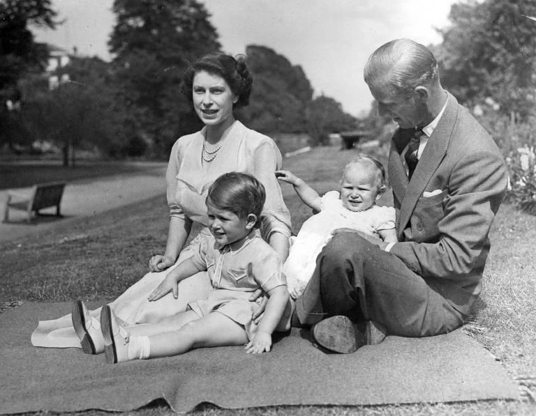 1952: Prinz Charles mit seinen Eltern Queen Elizabeth und Prinz Philip sowie Schwester Prinzessin Anne.  ©imago/PPE