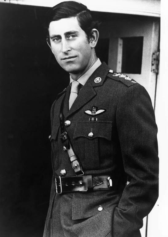 1974: Ein offizielles von Porträt von Prinz Charles in Uniform zum 26. Geburtstag.  ©imago/ZUMA/Keyston