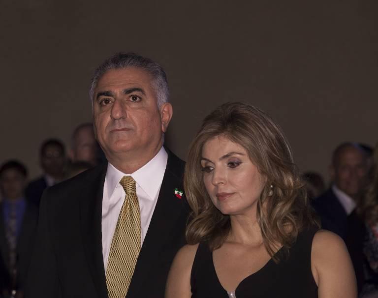 Kronprinz Cyrus Reza steht seiner kranken Frau Yasmine Pahlavi in dieser schweren Zeit der Krankheit bei.  ©imago/Pacific Press Agency