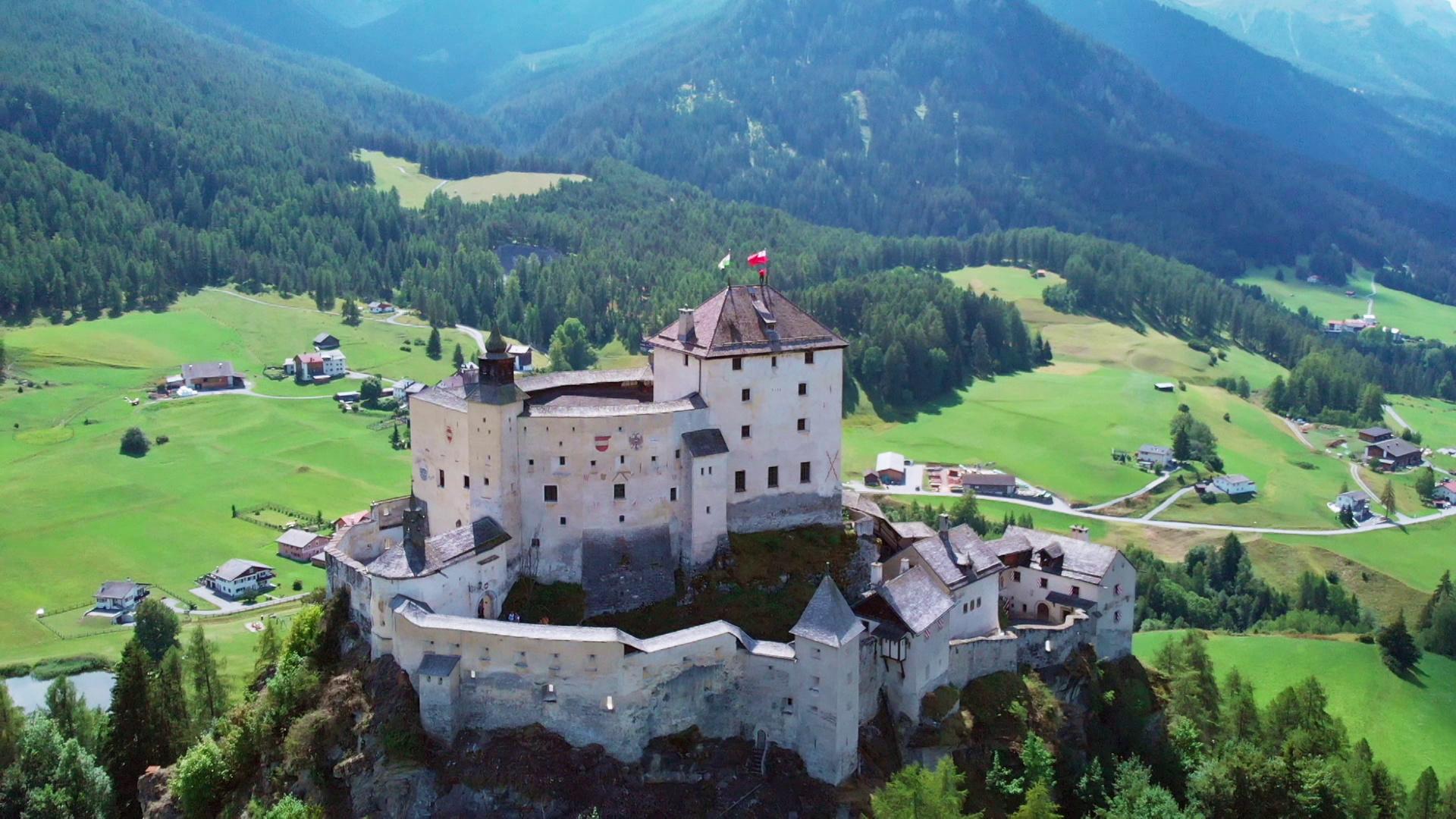 Das Schloss Tarasp im schweizerischen Kanton Graubünden.   © ZDF/SRF/B&B Endemol Shine