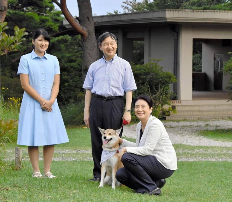 Ihr größter Halt: Kronprinzessin Masako mit ihrer Tochter Aiko, Ehemann Naruhito und dem Familienhund.  ©imago/Kyodo News