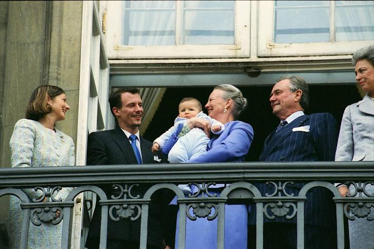 Bei seinem ersten Auftritt auf dem Balkon im Jahr 2000 guckt Prinz Nikolai noch ziemlich skeptisch.  ©imago/Dean Pictures