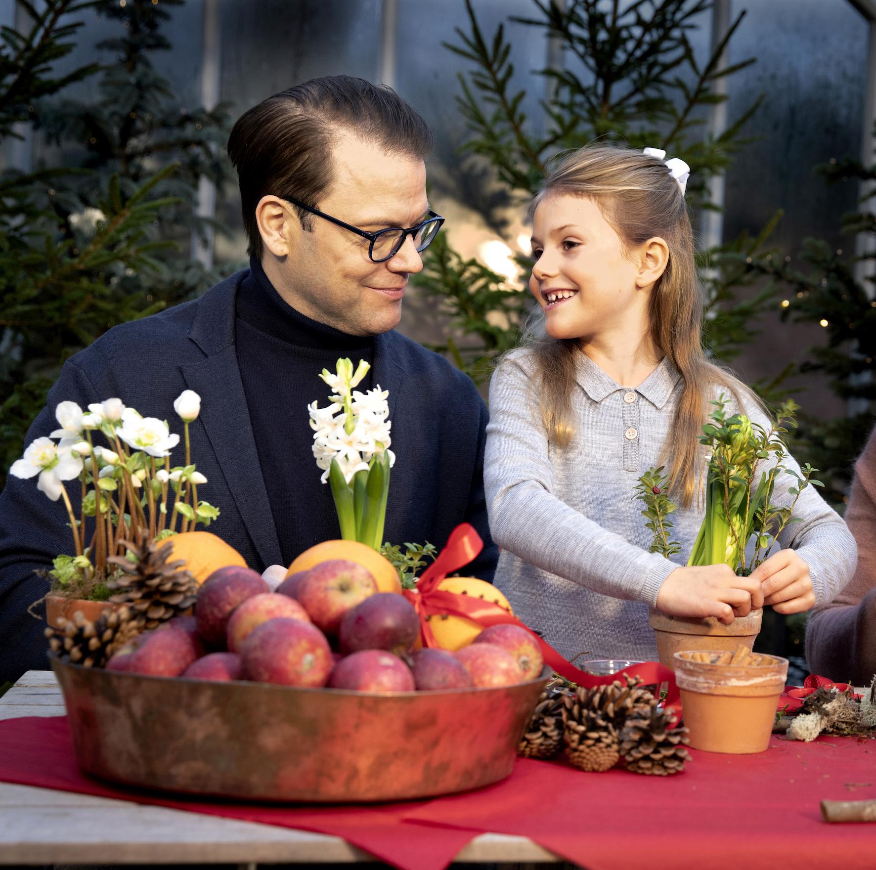 Prinzessin Estelle bepflanzt eine Amaryllis, die auch als Rittersterne bekannt sind.  ©Tiina Björkbacka, Kungl. Hovstaterna