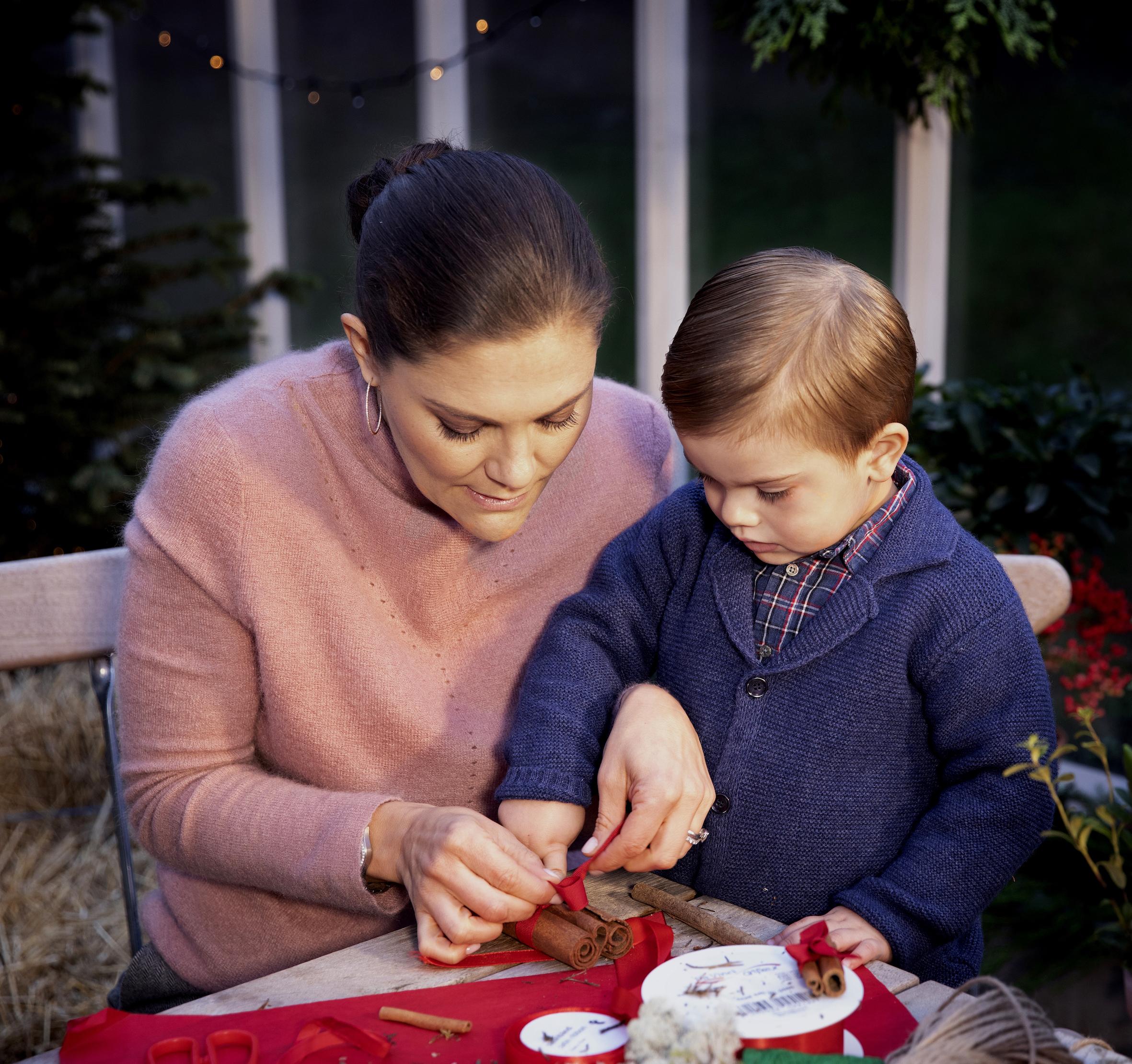 Mama Victoria und Oscar binden Zimtstangen zusammen.  ©Tiina Björkbacka, Kungl. Hovstaterna