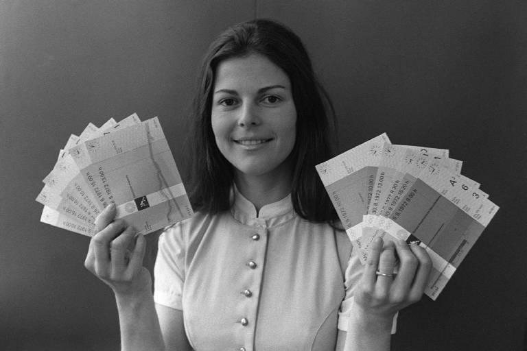 1974: Silvia Sommerlath präsentiert als Olympiahostess die begehrten Olympiatickets. Bei den Wettkämpfen lernte sie auch ihren späteren Ehemann König Carl Gustaf kennen.  ©imago/Sven Simon