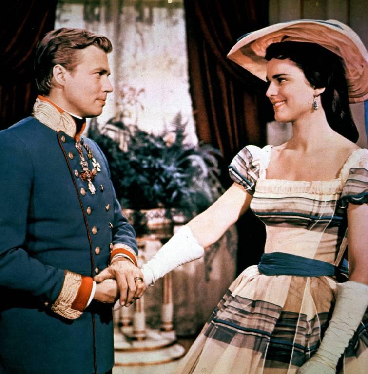 Prinzessin Néné (Uta Franz) wird vom Kaiser verschmäht, als er ihre jüngere Schwester Sissi kennenlernt.    ©imago