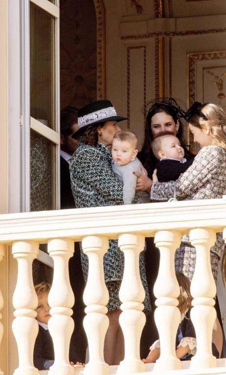 Prinzessin Caroline kuschelt mit Francesco (Sohn von Pierre und Beatrice Casiraghi), während Prinzessin Alexandra den kleinen Maximilian (Sohn von Andrea und Tatiana Santo Domingo) auf dem Arm hält.  ©imago/PPE