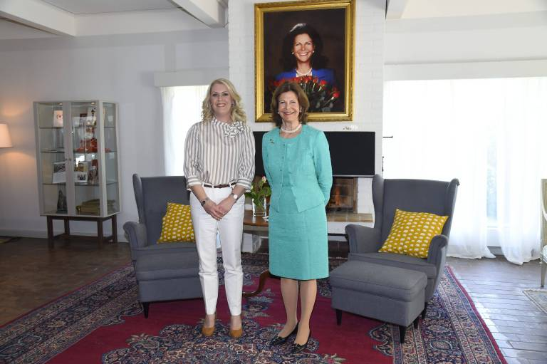 """Königin Silvia beim Besuch ihrer Stiftung """"Silviahemmet"""".  ©imago"""