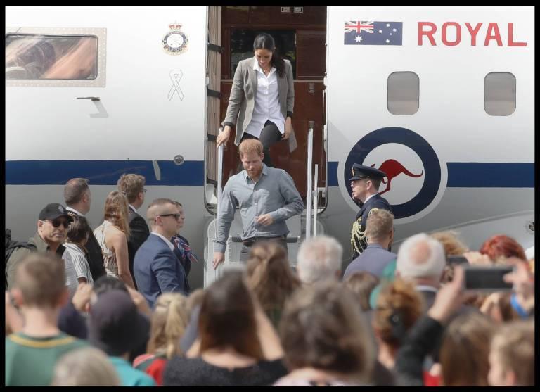 Wenn Herzogin Meghan im Flugzeug sitzt, putzt sie erst einmal.  ©imago