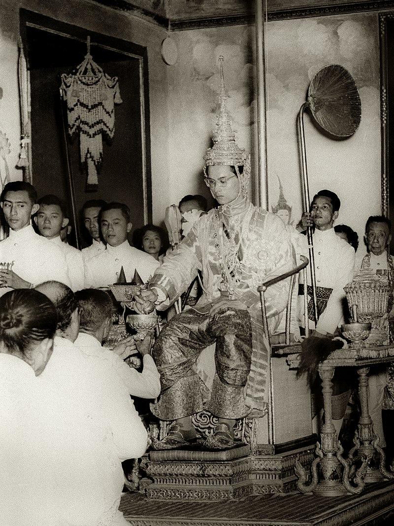 Bhumibol bei seiner Krönung am 5. Mai 1950. Er wurde König, weil  sein älterer Bruder unter mysteriösen Umständen  starb.  ©Gemeinfrei