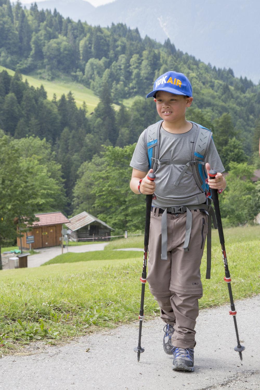 Prinz Dipangkorn wächst auf wie andere bayerische Jungs. Er geht gerne wandern und spielt mit seinen Freunden.  ©Public Relations Department of Thailand