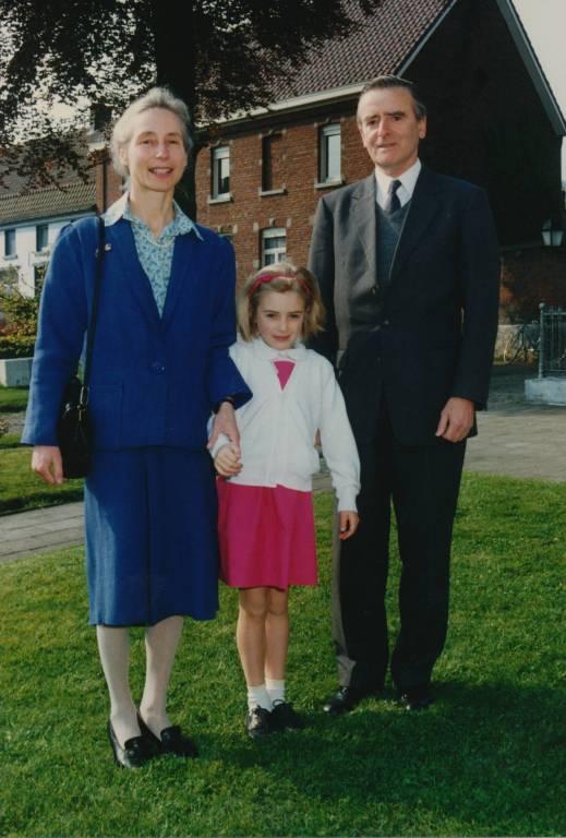 Erbgroßherzogin Stéphanie 1991 mit ihren Eltern bei ihrer Alix und Philippe de Lannoy bei ihrer Kommunion.  ©imago/Belga