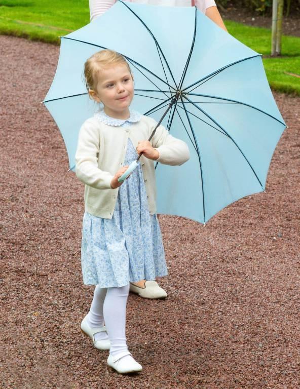 Schirm, Charme und ganz viel Schabernack: Prinzessin Estelle brachte am Victoriatag alle zum Lachen.  ©imago/PPE