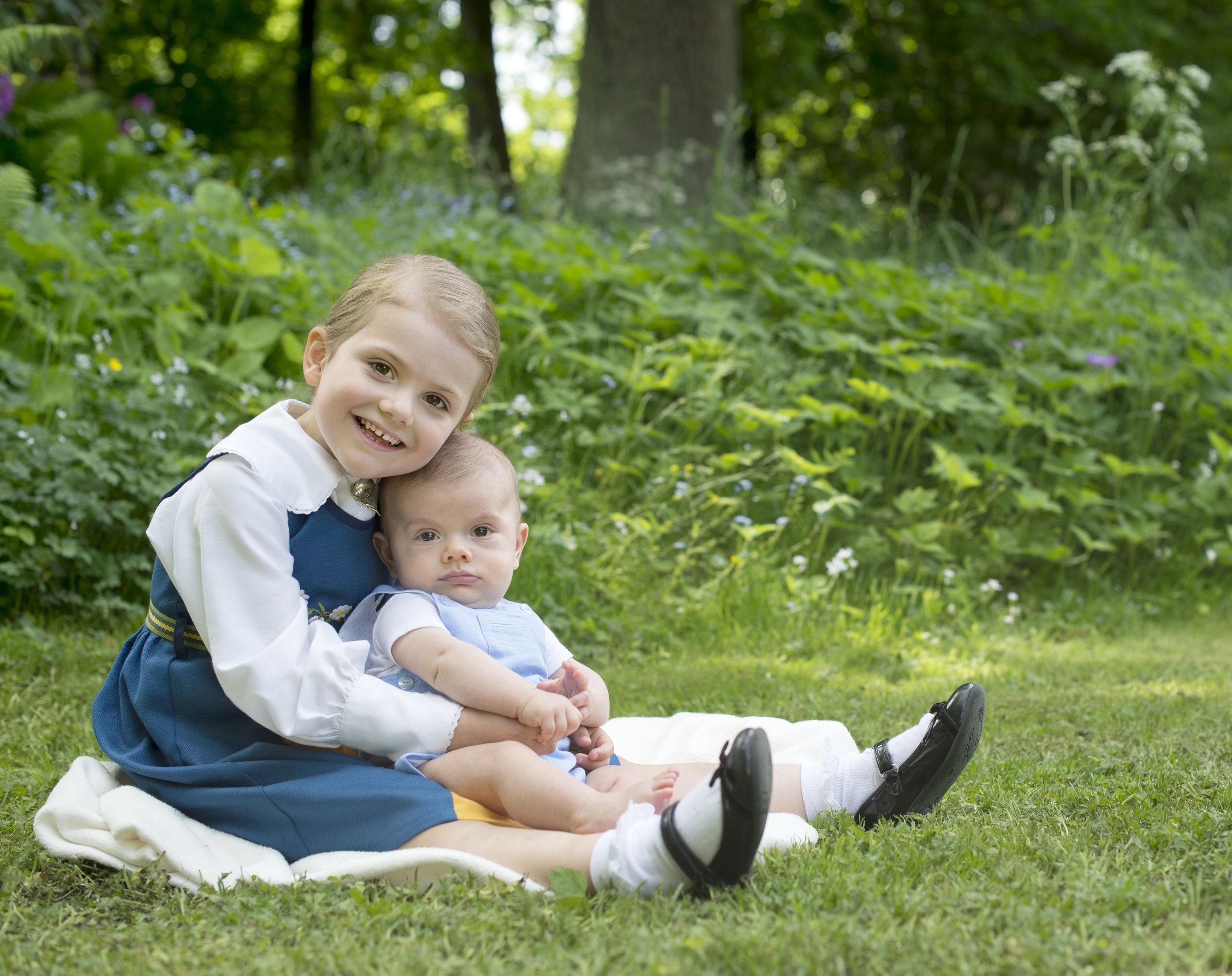 Geschwisterliebe: Prinzessin Estelle vergöttert ihren kleine Bruder.  ©Kate Gabor, Kungahuset.se