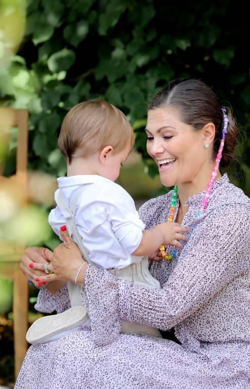 Beim Victoriatag 2018 bewundert Oscar die bunte Kette seiner Mama.  ©imago/PPE