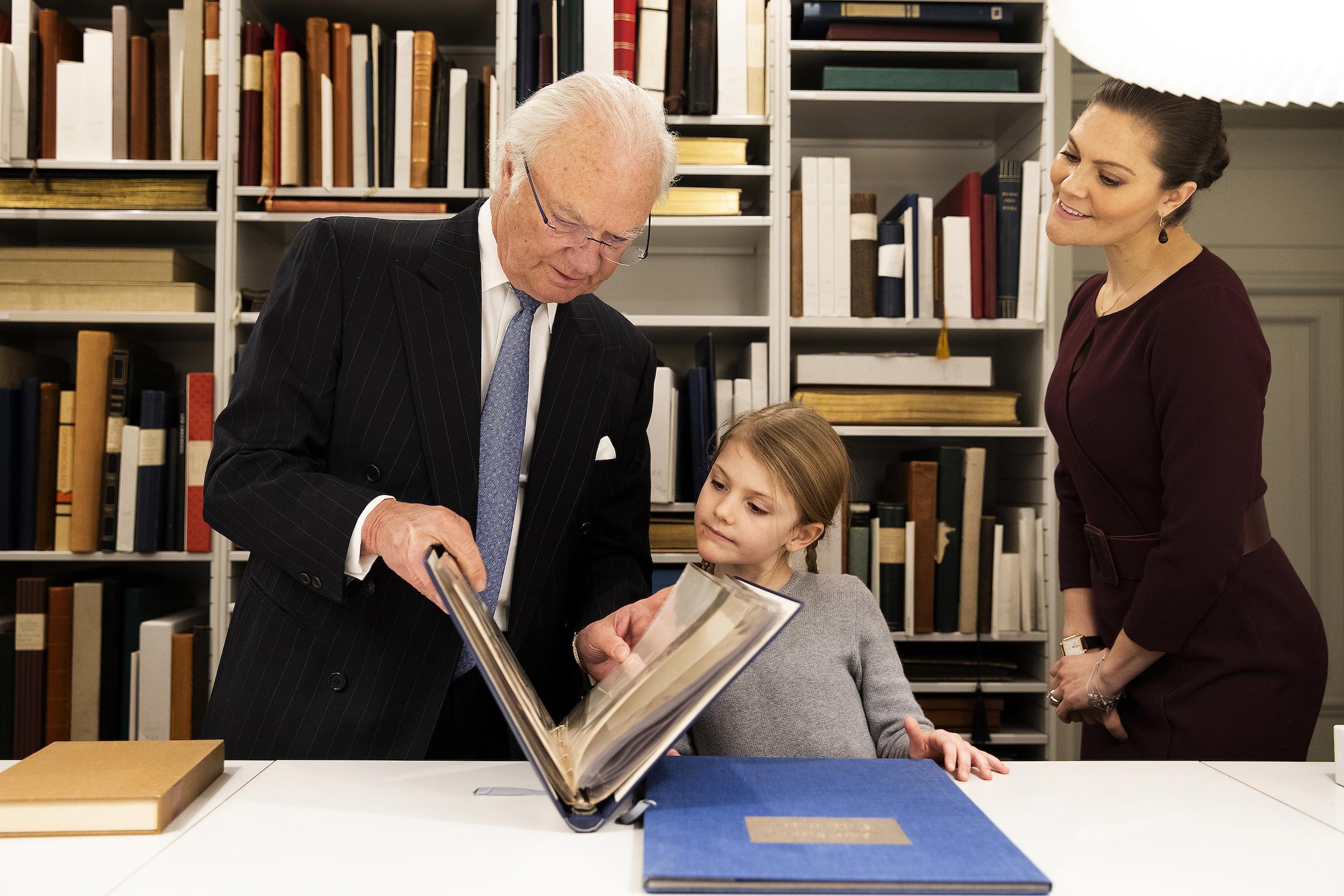 """""""Schau mal, Estelle. Das war Opa."""" König Carl Gustaf zeigt seiner Enkelin alte Fotos von sich.  ©Sara Friberg, Kungl. Royal Court"""