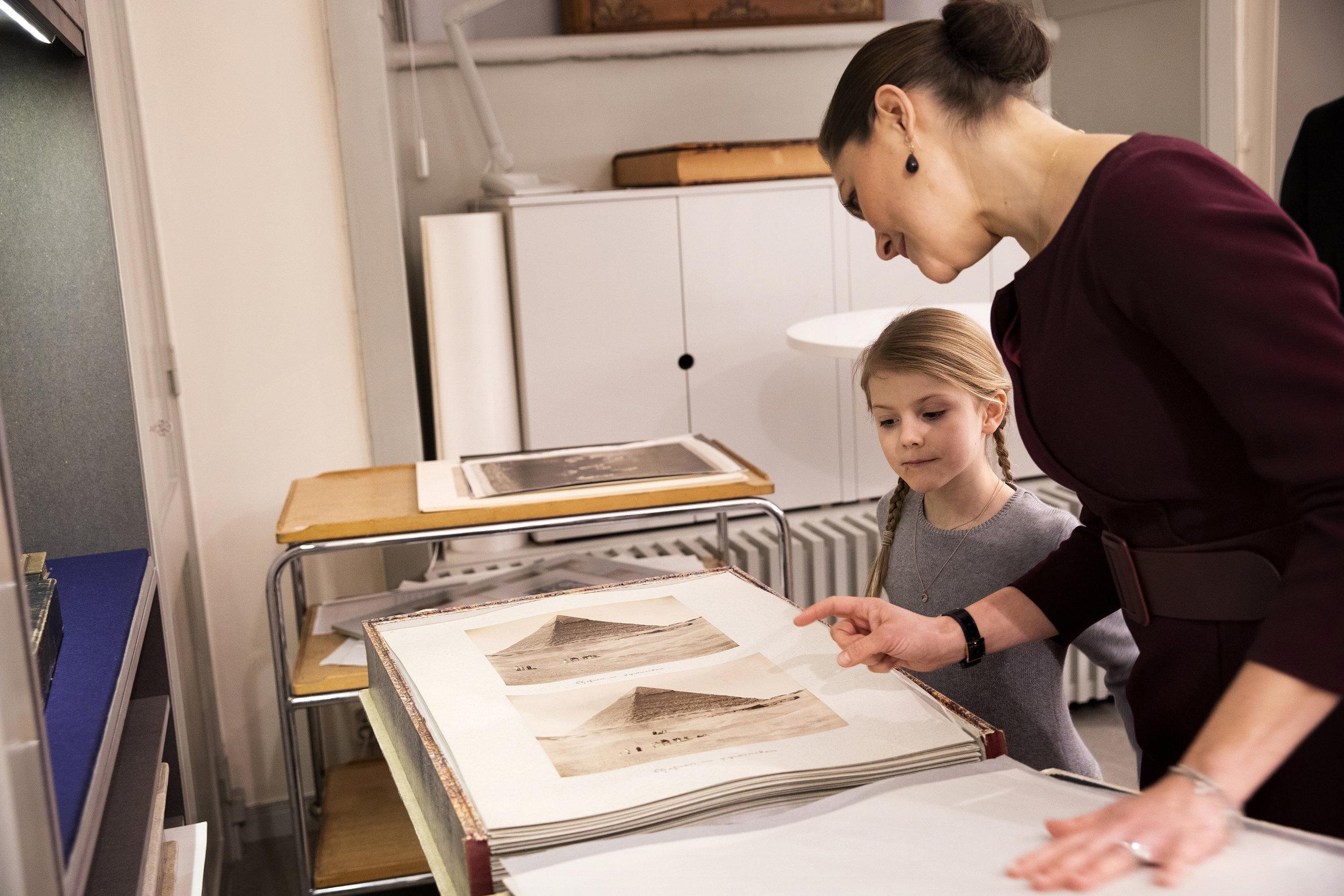 Kronprinzessin Victoria und ihr Töchterchen schauen sich die privaten Fotos von Königin Victoria von ihrer Reise nach Ägypten an.  ©Sara Friberg, Kungl. Royal Court
