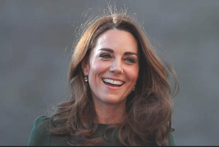 """Herzogin Kate ist Schirmherrin des """"Victoria & Albert Museums"""". Während ihres Besuchs plauderte sie über ihren jüngsten Sohn Prinz Louis.  ©imago/i Images"""