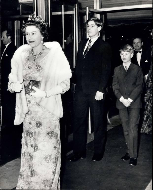 """1974: Queen Elizabeth mit ihren Söhnen Prinz Andrew und Prinz Edward bei der Premiere des Disney-Films """"Insel am Ende der Welt.""""  ©imago/ZUMA/Keystone"""