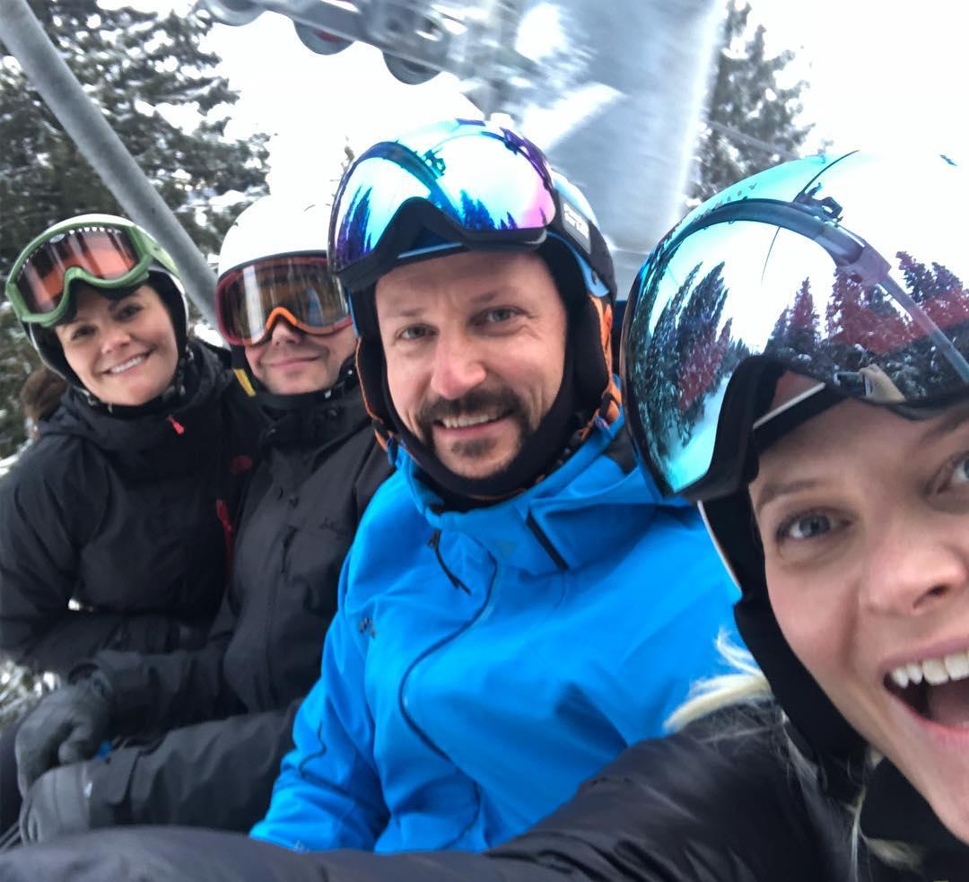 Spaßvogel Mette-Marit macht ein Selfie im Skilift.  ©instagram.com/crownprincessmm