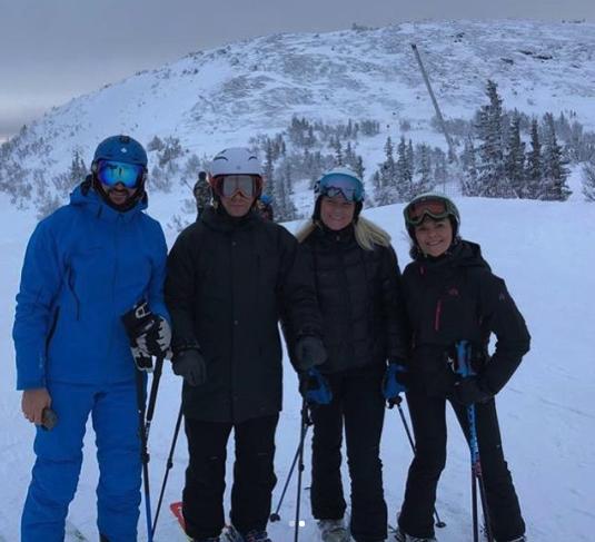 Kronprinzessin Mette-Marit strahlt auf dem Foto neben Haakon, Daniel und Victoria. So unbeschwert hat man die Norwegerin lange nicht gesehen.  ©instagram.com/crownprincessmm
