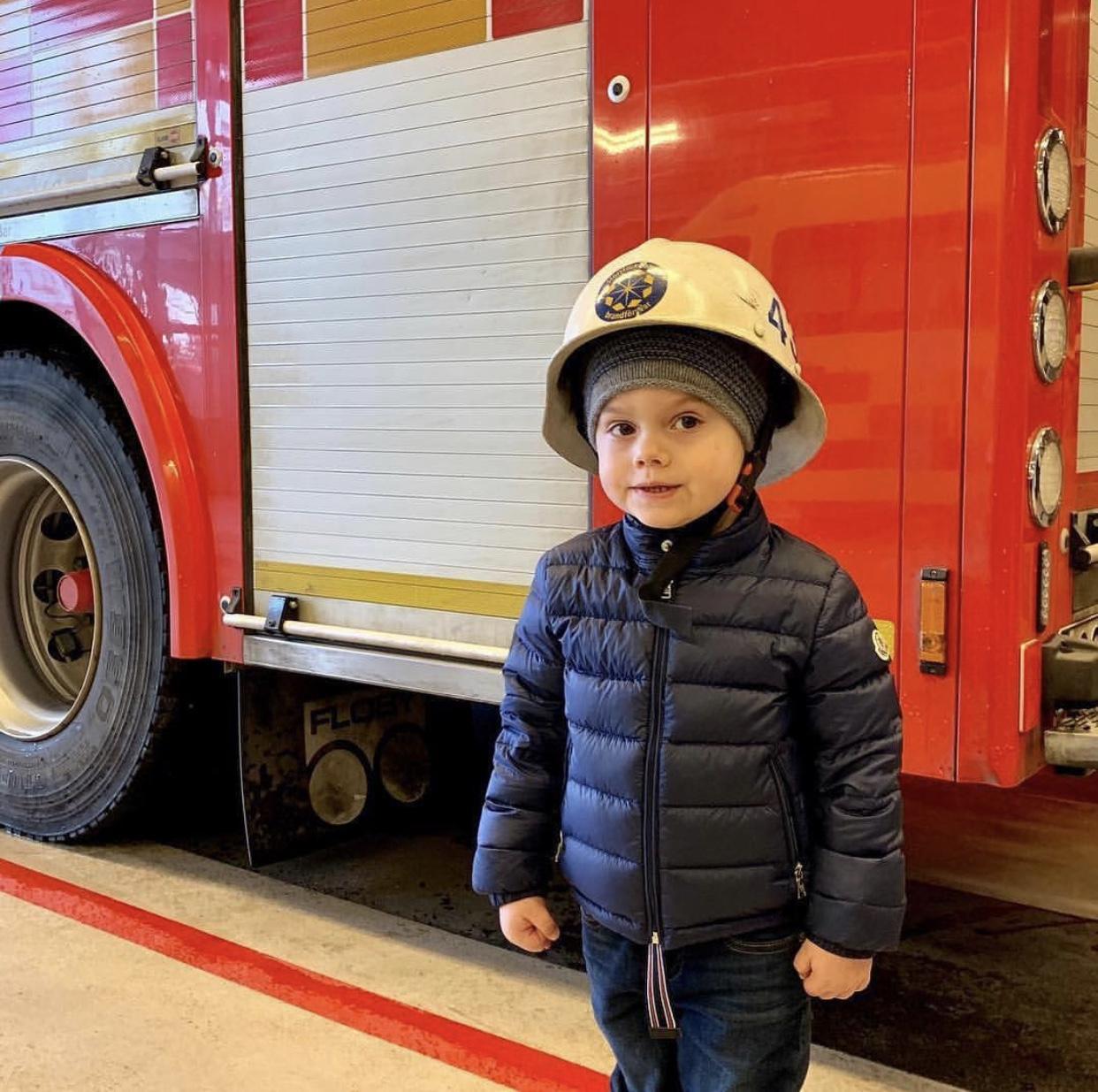 Wie niedlich!Der Feuerwehrhelm ist zwar etwas groß, aber Prinz Oscar trägt ihn trotzdem voller Stolz.  ©Kungl. Hovstaterna