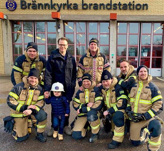 Gemeinsam mit den Feuerwehrleuten posieren Prinz Daniel und Prinz Oscar für ein Erinnerungsfoto.  ©Kungl. Hovstaterna