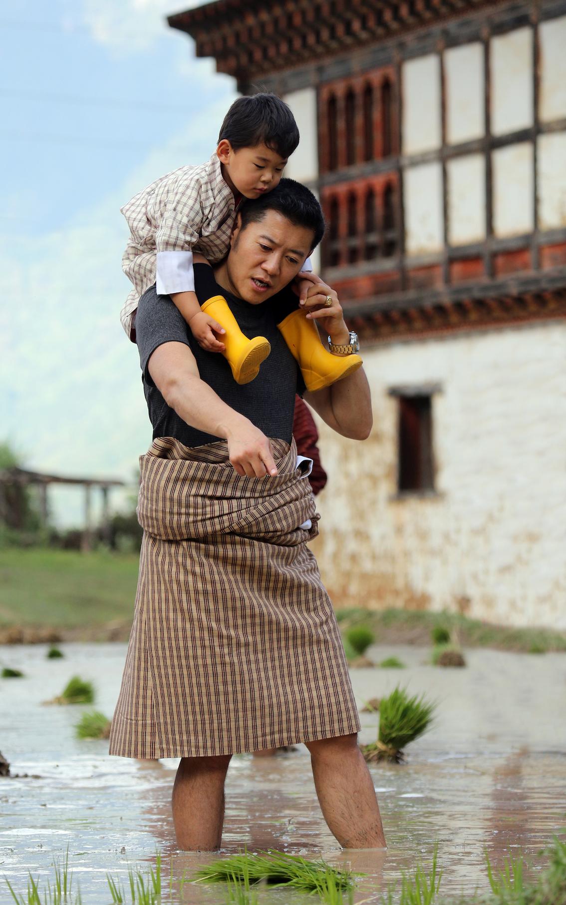 Wie lebt es sich im Himalaja-Königreich von König Jigme? Die Reportage bietet malerische Landschaftskulissen, aber vor allem den Blick dahinter: auf die Lebenswirklichkeit von Mönchen und Ministern, von kritischen Bloggern und vom Klimawandel bedrohten Bauern, von Tänzern und Tourismusführern.  ©Royal Office of Bhutan