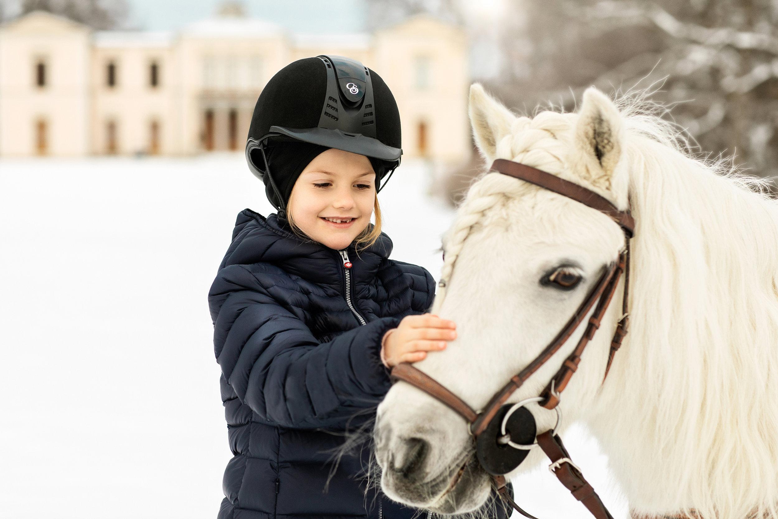 """Prinzessin Estelle hat ein Herz für Tiere. Vor allem Ponys und Pferde haben es ihr angetan. Ob sie Pony """"Viktor"""" auch die Mähne geflochten hat?  ©Linda Broström/Kungl. Hovstaterna"""