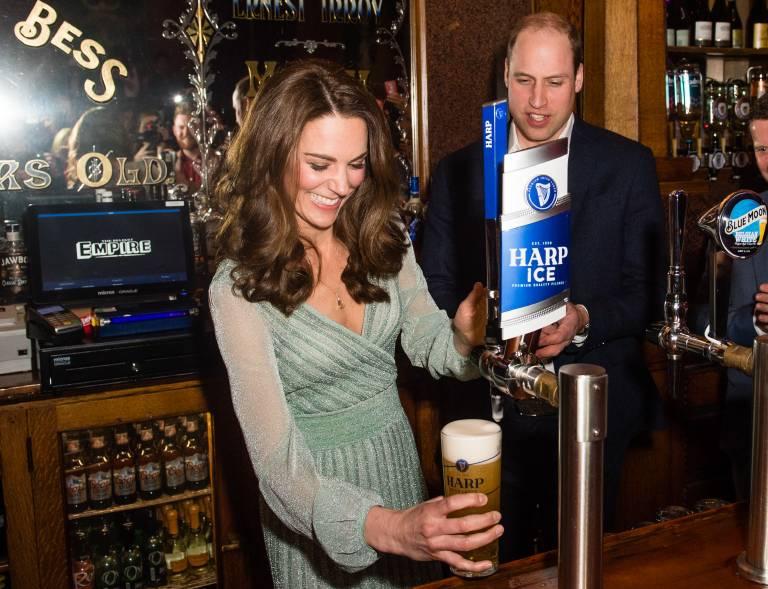 Herzogin Kate hat es drauf. Ohne auch nur einen Tropfen zu verschütten, hat sie das Bierglas gefüllt.  ©imago/Starface
