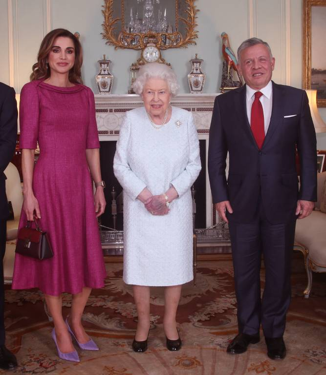 Queen Elizabeth kann es nicht verstecken: Ihre linke Hand ist violett unterlaufen. Das Volk macht sich deswegen große Sorgen.  ©imago/i Images