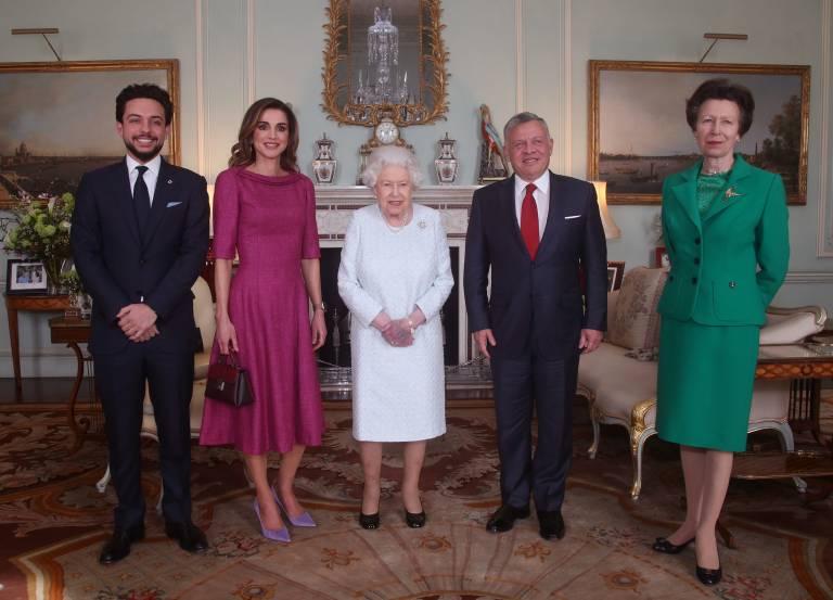 Ungewohntes Bild: Die Queen entschied sich beim Empfang nicht für ein farbenfrohes Kleid. Dafür stachen Königin Rania und Prinzessin Anne heraus.  ©imago/i Images