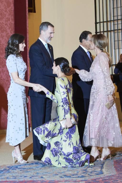 Fehlerfrei knickst Alessandra von Hannover vor Königin Letizia.  ©imago