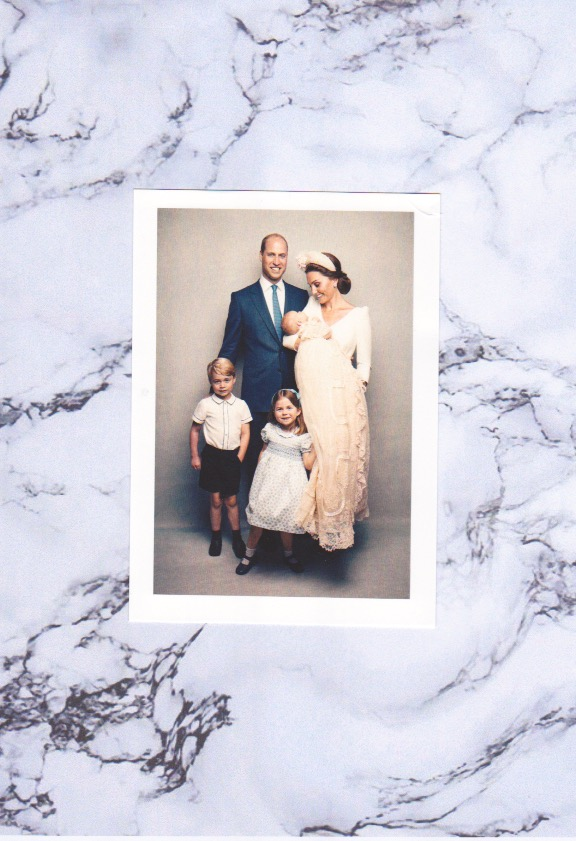 Das Familienporträt zeigt Herzogin Kate und Prinz William mit ihren Kindern nach der Taufe von Prinz Louis. Eine wirkliche schöne Karte.  ©ADELSWELT