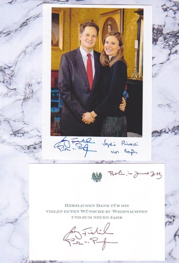 Georg Friedrich Prinz von Preußen und seine Frau Sophie Prinzessin von Preußen signierten beide ein Erinnerungsfoto. Der Ururenkel von Kaiser Wilhelm II. unterzeichnete zudem eine Karte persönlich.  ©ADELSWELT