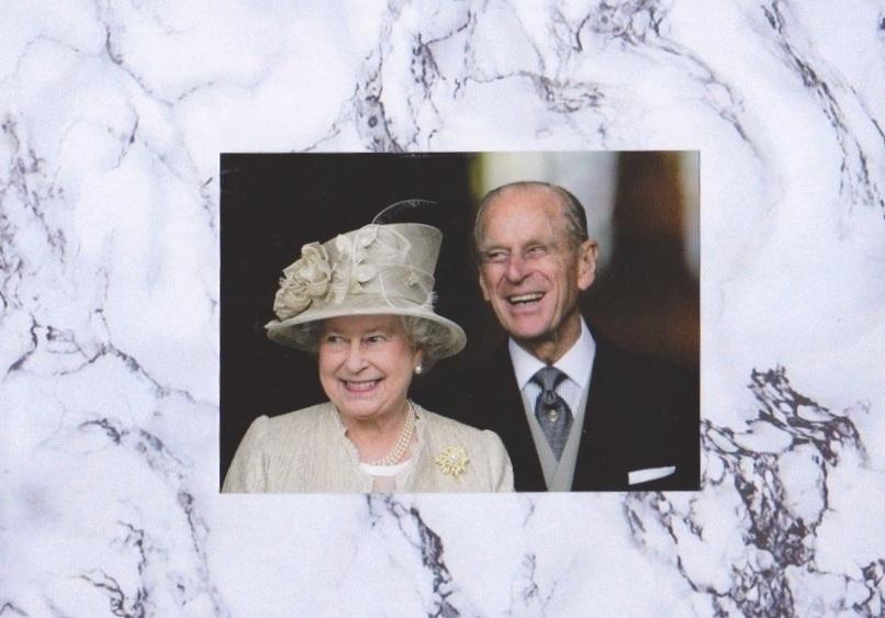 Ein Foto mit Symbolkraft: Queen Elizabeth steht im Vordergrund, Prinz Philip hinter ihr.  ©ADELSWELT