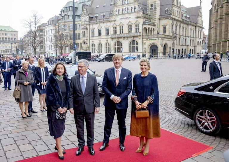 Dr. Carsten Sieling und seine Frau Alexia begleiten das Königspaar bei seinen Terminen in Bremen.  ©imago/PPE