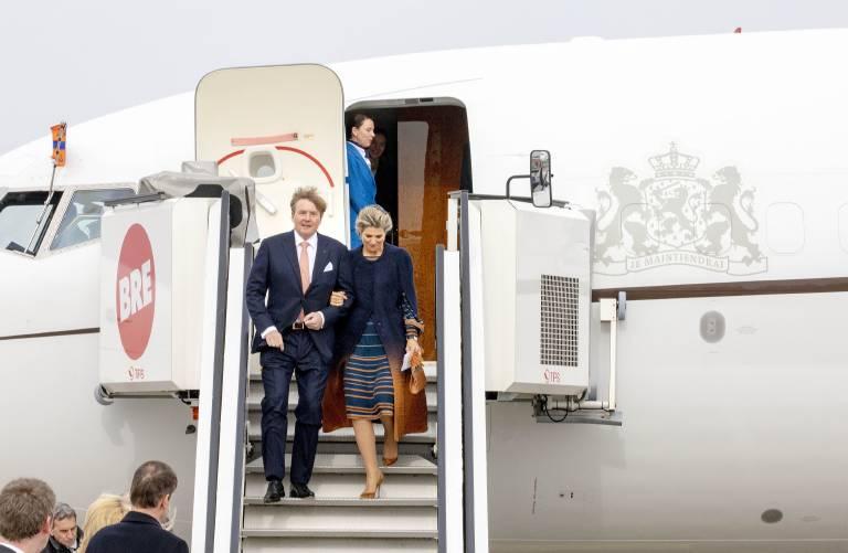 Am Bremer Flughafen steigen Willem-Alexander und Maxima Arm in Arm aus der Maschine.  ©imago/PPE
