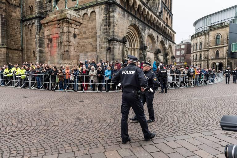 Die Fans des Königspaares warteten hinter der Absperrung, Polizisten sorgen für Ordnung.  ©imago