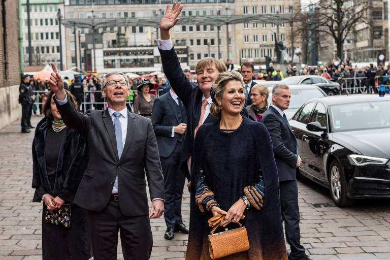 Freudenjubel in Bremen: König Willem-Alexander und Königin Maxima grüßen die Menschen, die so lange in der Kälte auf sie gewartet haben.  ©imago