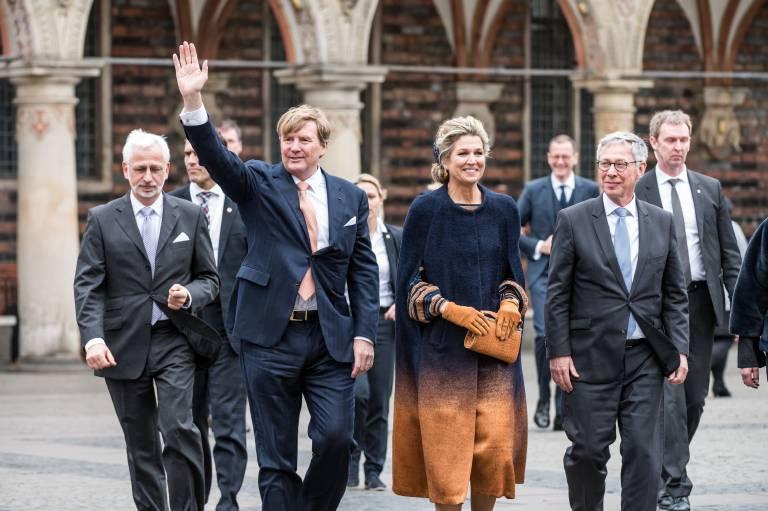 Beim Spaziergang durch die Bremer Innenstadt sehen sich Maxima und ihr Mann die Sehenswürdigkeiten an.  ©Imago