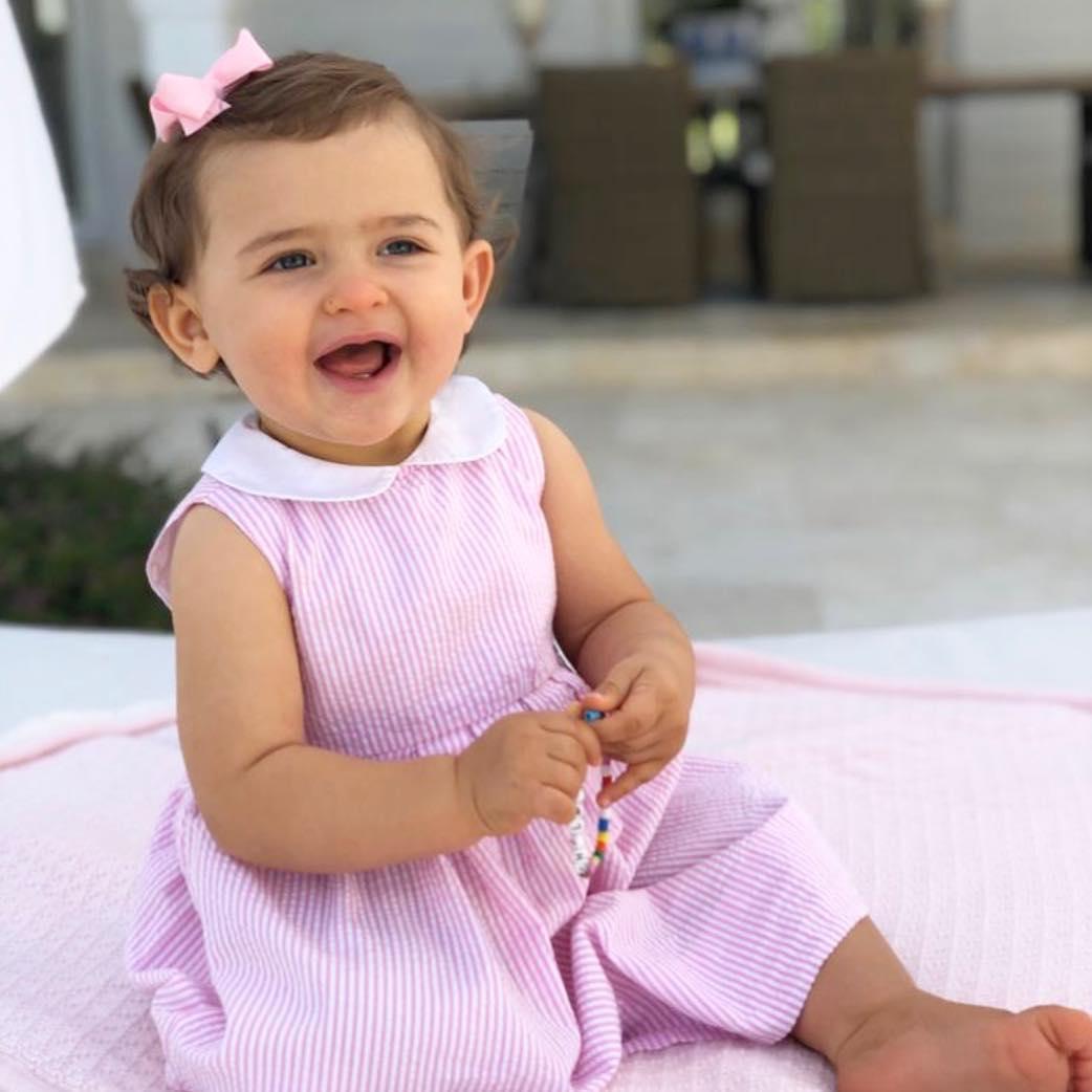 Prinzessin Adrienne lacht in die Kamera. Sie hat sogar schon ein paar kleine Zähnchen.  ©Prinzessin Madeleine von Schweden